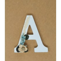 Letra madera 11 cm decorada con flores secas