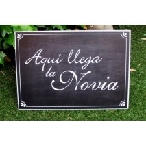 CARTEL 43 x 30 cm  PIZARRA AQUI LLEGA LA NOVIA