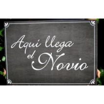 CARTEL 43 x 30 cm PIZARRA AQUI LLEGA EL NOVIO